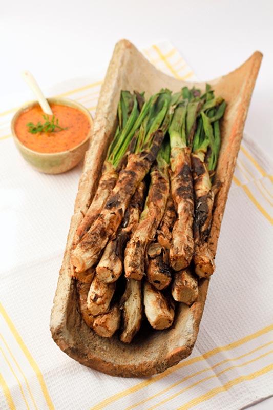 Recetas para cocinar: calçots asados y su salsa con aceite de oliva virgen extra Spelunca Espluga Calva DO Garrigues
